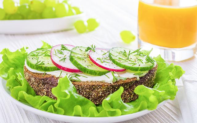Zdrav sendvič in pomarančni sok